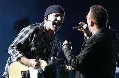 <p>Gli U2 in concerto a Pasadena. REUTERS/Mario Anzuoni (UNITED STATES ENTERTAINMENT)</p>