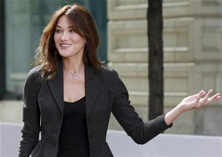 France's first lady Carla Bruni-Sarkozy, wife of French President Nicolas Sarkozy, arrives at the Andy Warhol Museum for a tour hosted by U.S. first lady Michelle Obama,during the G20 Summit in Pittsburgh, Pennsylvania, September 25, 2009. REUTERS/Ian Langsdon/Pool