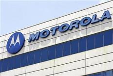 <p>El fabricante de teléfonos celulares Motorola Inc pronosticó el jueves una ganancia mejor que la prevista para el trimestre en curso, cuando comenzará a vender dos nuevos teléfonos con software Google Android con la esperanza de recuperar el terreno perdido ante iPhone. Motorola también profundizó su plan de recorte de costos de este año en 100 millones de dólares a 1.900 millones de dólares. REUTERS/Vivek Prakash/archivo</p>