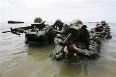 <p>South Korean special warfare command soldiers conduct a sea infiltration drill during a photo call in Taean, about 150 km (93 miles) southwest of Seoul, August 5, 2009. REUTERS/Choi Bu-Seok</p>