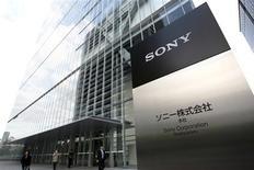 <p>Sony enregistre une quatrième perte trimestrielle consécutive, en raison de la faiblesse de ses ventes de téléphones portables et de la baisse du prix de sa console de jeux Playstation 3. Le groupe a réduit sa prévision de perte annuelle. /Photo d'archives/REUTERS</p>