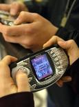 <p>Nokia annonce la fermeture l'année prochaine de son service de jeux vidéo en ligne pour sont téléphone-console de jeu N-Gage. Après fermeture, les jeux seront transférés et vendus sur son portail mobile Ovi Store. /Photo d'archives/REUTERS/LEHTIKUVA/Markku Ulander</p>