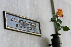 <p>Mis aux enchères pour la deuxième fois sur internet, le tombeau voisin de celui de Marilyn Monroe dans un cimetière de Los Angeles n'a pas trouvé d'acquéreur, aucune offre n'ayant été formulée. /Photo prise le 17 août 2009/REUTERS/Mario Anzuoni</p>