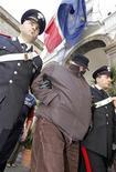 <p>Босс итальянской мафии Паскуале Руссо (в центре) в сопровождении карабинеров на улице Неаполя 1 ноября 2009. Один из самых разыскиваемых боссов итальянской мафии Паскуале Руссо был арестован в воскресенье, на день позже после задержания его брата. REUTERS/Ciro De Luca/Agnfoto</p>