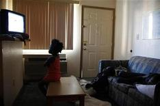 <p>Children watch television inside a motel room in Grand Prairie, Texas July 2, 2009. REUTERS/Jessica Rinaldi</p>