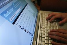 <p>Un utente scrive su Twitter, sito di microblogging il cui flusso di messaggi offre informazioni in modo più veloce. REUTERS/Mario Anzuoni</p>