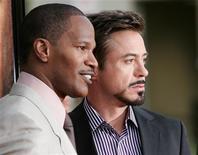 """<p>Jamie Foxx e Robert Downey Jr. são os protagonistas do drama """"O Solista"""". Baseado em fatos reais, o roteiro do filme conta a aproximação entre o morador de rua Nathaniel (Foxx), esquizofrênico e gênio musical, e o jornalista do L.A. Times, Steve Lopez (Downey Jr.). REUTERS/Danny Moloshok</p>"""