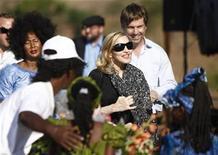 <p>La cantante estadounidense Madonna participa en una ceremonia para la multimillonaria escuela que cnostruirá en Chinkota, en las afueras de Lilongue, 26 oct 2009. Malaui amenazó el jueves con arrestar a los aldeanos que bloquean la construcción de la multimillonaria escuela para niñas de Madonna, una nueva controversia para la cantante en el país africano donde adoptó dos niños. Cerca de 140 aldeanos exigen más dinero por el terreno que el Gobierno arrendó a la organización de caridad de Madonna, Raising Malawi, por un período de 99 años. REUTERS/Siphiwe Sibeko/Archivo</p>