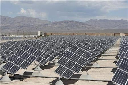 An array of solar panels point to the Nevada sky as they generate electricity for use on Nellis Air Force Base in Las Vegas, Nevada May 27, 2009. REUTERS/Jason Reed