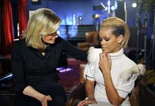 <p>La periodista Diane Sawyer (izquierda en la imagen) junto a la cantante Rihanna en una fotografía publicitaria de la cadena ABC publicada en nov 5 2009. Tras haber sido golpeada por el cantante Chris Brown en febrero, la estrella pop Rihanna se sintió avergonzada por haberse enamorado del tipo de hombre que él era y lo abandonó para dar un ejemplo a las jóvenes, señaló la artista el jueves en una entrevista. REUTERS/Ida Mae Astute/ABC/Handout</p>