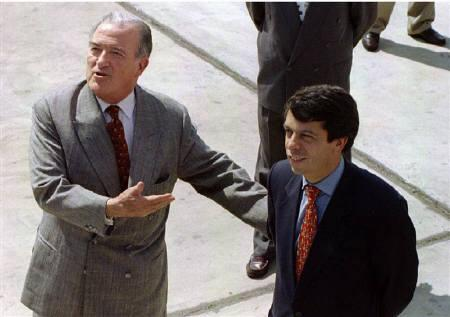 Venezuelan Minister of Foreign Affairs Miguel Burelli (L) and his former Colombian counterpart Rodrigo Pardo greet the press in this March 7, 1996 file photo. REUTERS/Domingo Giribaldi/Files