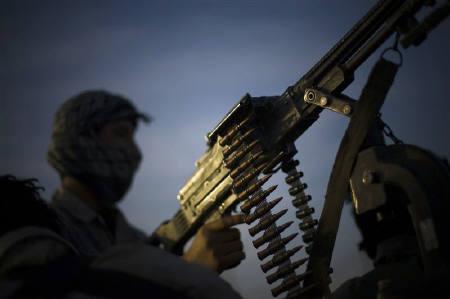 11月7日、アフガン軍兵士ら8人が死亡。ISAFの空爆の可能性。写真は3日、ヘラト地区で監視に当たるアフガニスタン特殊警察部隊のメンバー(2009年 ロイター/Morteza Nikoubazl)