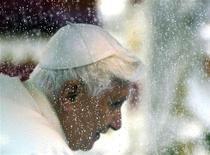 <p>Papa Benedetto XV nella sua papamobile al suo arrivo a Brescia. REUTERS/Stefano Rellandini</p>