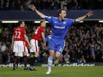 <p>O jogador John Terry (D), do Chelsea, comemora seu gol contra o Manchester em jogo do campeonato inglês neste domingo. O capitão deu ao Chelsea cinco pontos na liderança do campeonato, quando um gol aos 31 minutos do segundo tempo garantiu uma vitória de 1 x 0 sobre o Manchester United. REUTERS/ Eddie Keogh</p>