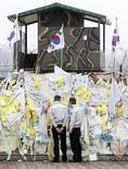 <p>Poliziotti vicino alla Zona demilitarizzata a nord di Seul. REUTERS/Jo Yong-Hak</p>