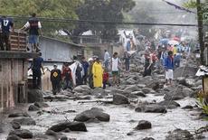 """<p>Жители города Верапас осматривают улицы, пострадавшие в результате урагана """"Айда"""" в Сальвадоре 8 ноября 2009 года. Ураган """"Айда"""" ослабел до первой категории по ходу продвижения вглубь Мексиканского залива, вызвав наводнение и многочисленные оползни в Сальвадоре, где жертвами стихии стали 124 человека. REUTERS/Juan Carlos</p>"""