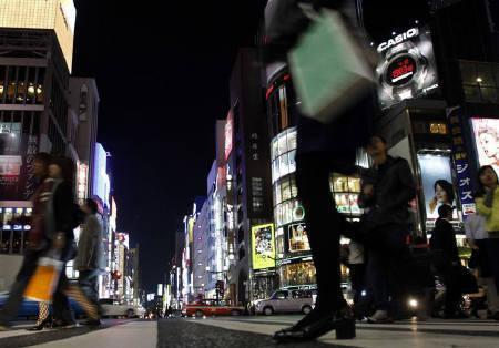 11月10日、景気低迷に伴う経費削減の動きを受けて電通と博報堂の苦戦が続いている。写真は夜の銀座に輝くネオン広告。4月撮影(2009年 ロイター/Yuriko Nakao)