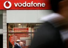 <p>Vodafone, premier opérateur mobile mondial, a doublé son objectif de réduction des coûts pour le porter à deux milliards de livres (3,33 milliards d'euros) d'ici 2012, après un premier semestre marqué par l'augmentation de ses flux de trésorerie. /Photo d'archives/REUTERS</p>