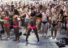 <p>People in swimsuits dance during an attempt to break the Guinness World Record for the largest swimwear parade at one time, in Sydney November 12, 2009. REUTERS/Daniel Munoz</p>