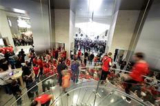 <p>Apple, qui vient d'ouvrir en France deux magasins en propre (ici celui du Louvre), prévoit d'ouvrir dans le monde 40 à 50 Apple Store l'année prochaine, afin d'étendre sa présence auprès du grand public. /Photo prise le 7 novembre 2009/REUTERS/Thomas White</p>