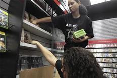 <p>Le distributeur américain spécialisé GameStop, propriétaire des magasins Micromania, va se lancer aux Etats-Unis dans la vente de jeux vidéo sous forme de téléchargement. /Photo prise le 2 novembre 2009/REUTERS/Lucas Jackson</p>