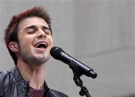 'American Idol' winner Kris Allen performs on NBC's 'Today' show in New York May 28, 2009. REUTERS/Brendan McDermid