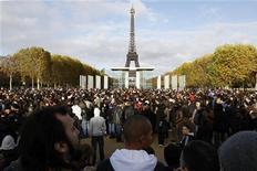 <p>Gente in attesa del denaro pubblicizzato da Mailorama.fr vicino alla torre Eiffel. REUTERS/Benoit Tessier</p>