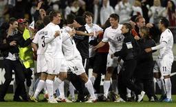 <p>A Nova Zelândia comemora classificação para a Copa de 2010, em Wellington. Roy Fallon marcou de cabeça ainda no primeiro tempo o gol que deu à Nova Zelândia a vitória por 1 x 0 sobre o Bahrein neste sábado, que garantiu a vaga do país da Oceania na Copa do Mundo de 2010.14/11/2009.REUTERS/Anthony Phelps</p>