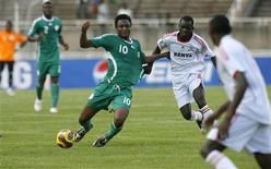 <p>O nigeriano Obi Mikel (esq) divide bola duranta jogoe em Nairóbi. A Nigéria conseguiu uma virada no segundo tempo para vencer o Quênia neste sábado e garantir uma vaga na Copa do Mundo de 2010, roubando o lugar da Tunísia nos últimos momentos da partida.14/11/2009.REUTERS/Thomas Mukoya</p>