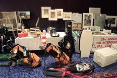 <p>Beni di Bernard e Ruth Madoff venduti all'asta a New York, 13 novembre 2009. REUTERS/Shannon Stapleton</p>