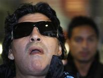 <p>L'allenatore della nazionale argentina all'aeroporto di Zurigo, 15 novembre 2009. REUTERS/Christian Hartmann</p>