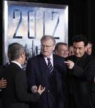"""<p>El actor John Cusack y miembros directivos de Sony Corporation, en la premiere de """"2012"""" en Los Angeles, 3 nov 2009. El planeta fue sacudido por los desastres durante el fin de semana mientras la apocalíptica película """"2012"""" registró el mayor debut para una película no concesionada. REUTERS/Danny Moloshok</p>"""