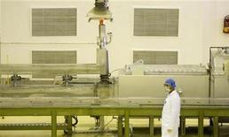 <p>Рабочий на заводе по обогащению урана в 440 км к югу от Тегерана 9 апреля 2009 года. Запоздалое признание Ирана в том, что у него есть второй завод по обогащению урана, вызвал подозрения, что в стране, вероятно, есть еще секретные ядерные объекты, говорится в докладе ядерного агентства ООН, попавшем в распоряжение Рейтер. REUTERS/Caren Firouz</p>