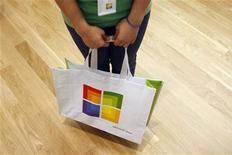 <p>Una borsa di uno store Microsoft. REUTERS/Joshua Lott</p>