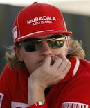 <p>O piloto Kimi Raikkonen espera no paddock do GP de Suzuka. O piloto Kimi Raikkonen decidiu ficar ao menos um ano fora da Fórmula 1 após não conseguir chegar a um acordo com a McLaren, disse o agente do piloto a um jornal finlandês.04/10/2009.REUTERS/Issei Kato</p>