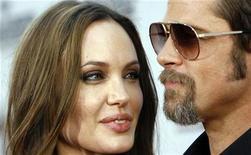 """<p>El actor Brad Pitt y su pareja, la actriz Angelina Jolie, en el estreno de """"Inglourious Basterds"""" en Hollywood, 10 ago 2009. La poderosa pareja de Hollywood formada por Brad Pitt y Angelina Jolie está probando algo nuevo para deslumbrar a sus seguidores: diseñar una colección de joyería. La colección """"The Protector"""", diseñada para la joyería británica de lujo Asprey, está compuesta por una serie de accesorios de oro y plata que incluyen representaciones de serpiente, consideradas un símbolo de protección y admiradas por Jolie. REUTERS/Mario Anzuoni</p>"""