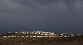 <p>Homes are bathed in the late afternoon sun in Iqaluit, Nunavut in the Canadian Arctic August 24, 2009. REUTERS/Andy Clark</p>