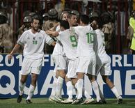 <p>Os jogadores da Argélia comemoram gol da vitória contra o Egito nesta quarta-feira. A Argélia conquistou a última vaga da África para a Copa do Mundo de 2010 ao vencer o Egito por 1 x 0 em uma partida com os ânimos quentes num campo neutro no Sudão. REUTERS/Louafi Larbi</p>