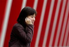 <p>Una donna al cellulare. REUTERS</p>