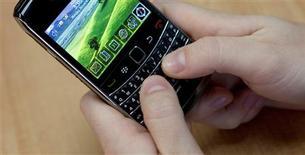 """<p>Le secteur des télécoms table sur une croissance soutenue des ventes de """"smartphones"""" (combinés multifonctions) en 2010, même si ce marché a connu au troisième trimestre 2009 un brusque ralentissement. /Photo prise le 16 novembre 2009/REUTERS/Mark Blinch</p>"""