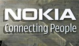 <p>Foto de archivo del logo de la compañía Nokia en la sede de su edificio corporativo en Helsinki, 9 jul 2008. El fabricante de celulares Nokia recortará 330 empleos de investigación y desarrollo en Finlandia y Dinamarca para concentrarse en lanzar menos teléfonos, pero más icónicos. REUTERS/Bob Strong</p>