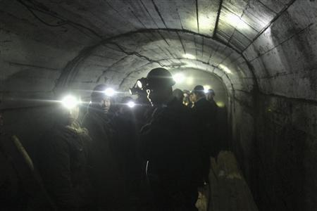 Rescuers wait to go down Xinxing coal mine to search for survivors following a gas explosion at the mine in Hegang, Heilongjiang Province November 21, 2009. At least 31 miners were killed and 78 remain trapped 500 metres underground following a gas blast at the mine in China, state media said on Saturday. REUTERS/Stringer