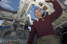<p>L'astronaute américain Randy Bresnik a appris dimanche matin à bord de la Station spatiale internationale (ISS) que son épouse, Rebecca, venait de donner le jour à une petite fille, Abigail Mae. /Photo prise le 17 novembre 2009/REUTERS/NASA</p>