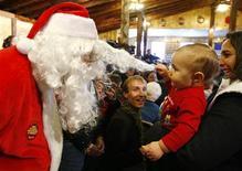 <p>Un bimbo incontra Babbo Natale. REUTERS/Brian Snyder</p>