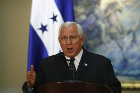 Honduras' de facto leader Roberto Micheletti speaks during a news conference at the Presidential House in Tegucigalpa in this October 29, 2009 file photo. Micheletti is confident the United States will recognize a Nov. 29 presidential election and help end the country's international isolation. REUTERS/Oswaldo Rivas/Files