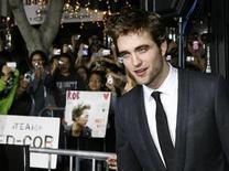 """<p>El actor Robert Pattinson posa en el estreno de """"The Twilight Saga: New Moon"""" en Los Angeles, 16 nov 2009. El filme de vampiros """"The Twilight Saga: New Moon"""" fue uno de los estrenos más exitosos de este año en Gran Bretaña, recaudando 11,68 millones de libras esterlinas (19,3 millones de dólares) en ventas del fin de semana, dijo el martes Screen International. REUTERS/Fred Prouser</p>"""