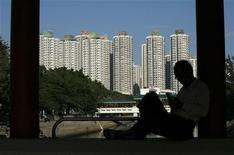 <p>Un uomo controlla il cellulare. Foto scattata ad Hong Kong. REUTERS/Bobby Yip (CHINA BUSINESS ENVIRONMENT)</p>