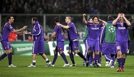<p>Jogadores da Fiorentina comemoram vitória sobre o Olympique Lyon, pela Champions League. A Fiorentina acredita que pode causar mais surpresa na Liga dos Campeões após avançar da fase de grupos pela primeira vez nos últimos 0 anos.24/11/2009.REUTERS/Marco Bucco</p>