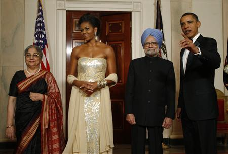 President Barack Obama (R) and first lady Michelle Obama (2nd L) stand with India's Prime Minister Manmohan Singh (2nd R) and his wife Gursharan Kaur before a state dinner at the White House November 24, 2009. REUTERS/Jason Reed
