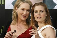 """<p>As atrizes Meryl Streep e Amy Adams posam na premiere do filme """"Julie & Julia"""", em Los Angeles. Em 2002, Julie Powell era uma secretária frustrada atendendo telefonemas em seu cubículo. Cozinheira nas horas vagas, procurava algo que a empolgasse. Eis que um dia tem a ideia de fazer, ao longo de um ano, as 524 receitas de um famoso livro de culinária francesa de Julia Child, uma chef que desmistificou a cozinha daquele país em livro e programas de televisão.27/07/2009.REUTERS/Fred Prouser</p>"""